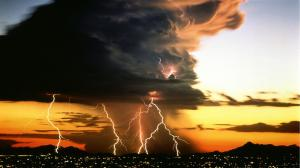 anvil_cloud_with_lightning_over_city